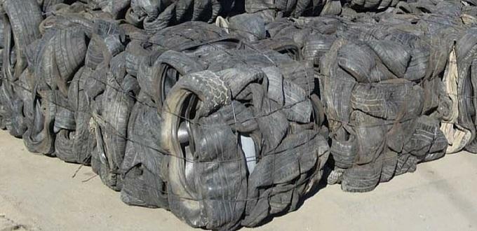 Neumáticos que han finalizado su vida útil, enfardados para ser enviados a un centro de tratamiento