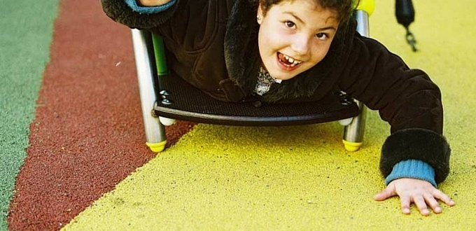 Parque infantil con suelo de neumáticos reciclados