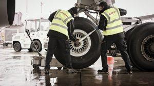 Cambiar rueda de avión