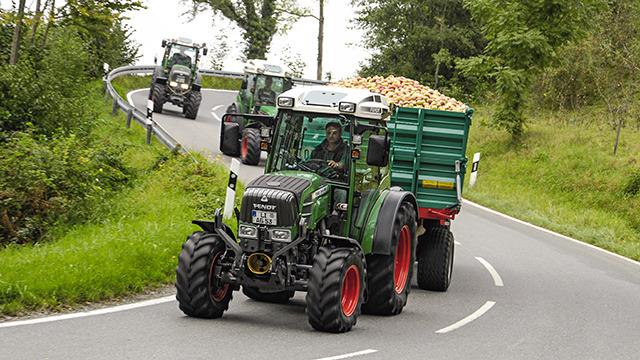 Tractor circulando por carretera