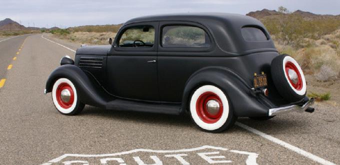 Aquellos coches de clásicos con sus neumáticos clásicos