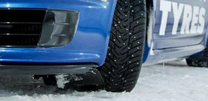 Neumáticos con clavos
