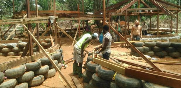 Neumáticos, un material en la construcción humanitaria