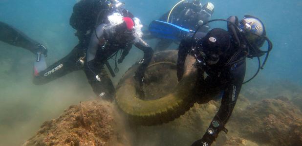 Limpiando 400 kilos de residuos del fondo marino