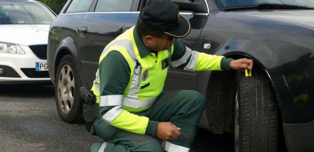 ¡Cuidado, neumático en mal estado!