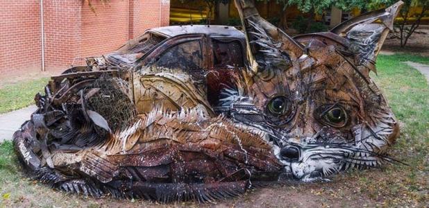 Animales gigantes de chatarra, plásticos y neumáticos