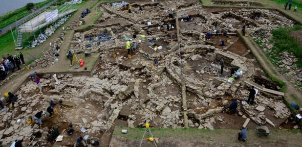 Ayuda de neumáticos usados en una excavación arqueológica