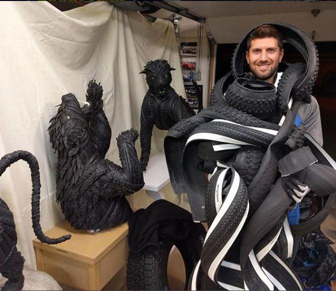 El escultor Blake McFarland rodeado de tiras de neumático