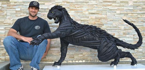 El escultor Blake McFarland y su obra Jaguar