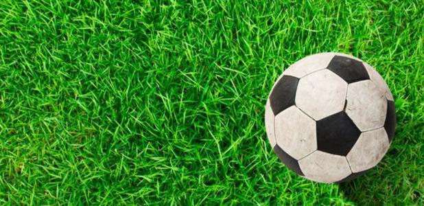 Balón sobre un campo de césped artificial