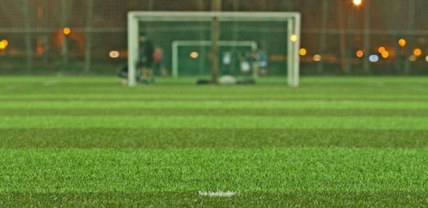 Campo de fútbol con césped artificial