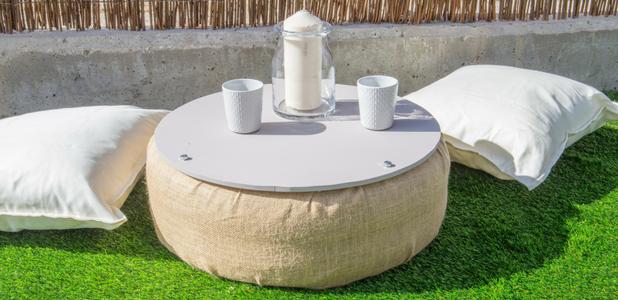 Mesa de jardín con un neumático