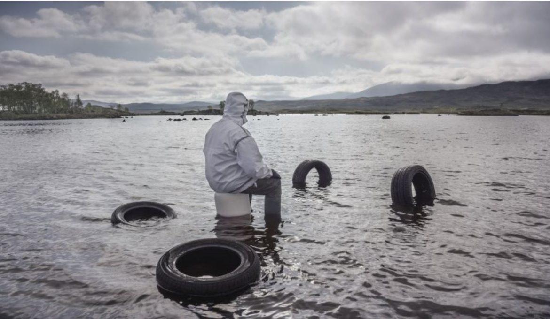 """Neumáticos en el mar en la obra de vídeoarte """"Purple"""" de John Akomfrah"""