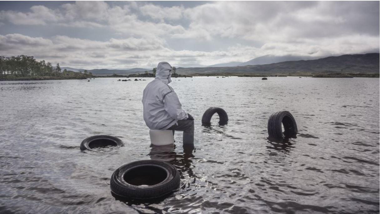 Neumáticos en el mar en la obra de vídeoarte «Purple» de John Akomfrah