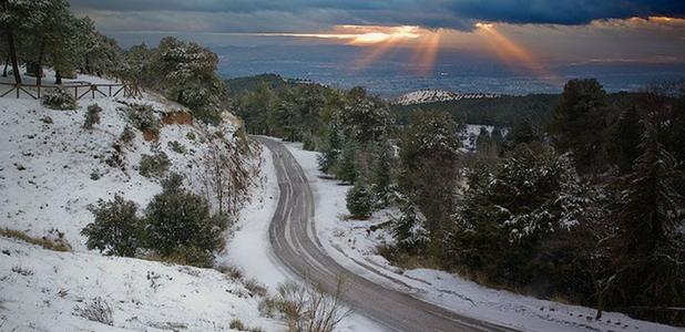Una carretera de montaña hecha con polvo de neumático