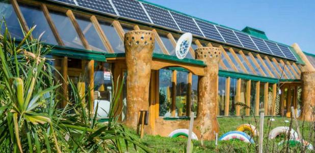 Una escuela sostenible construida con neumáticos, latas y botellas de plástico