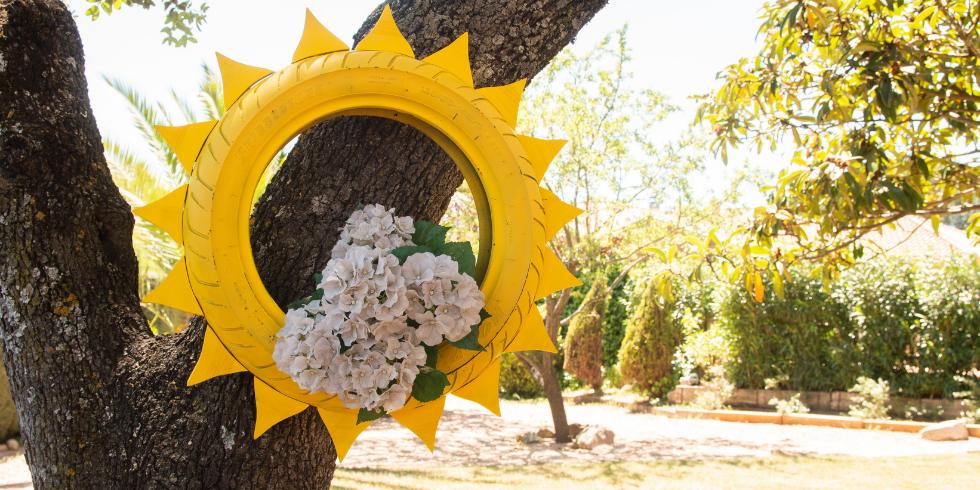 Hazlo con neum ticos una maceta con forma de sol signus for Ideas para decorar el jardin reciclando