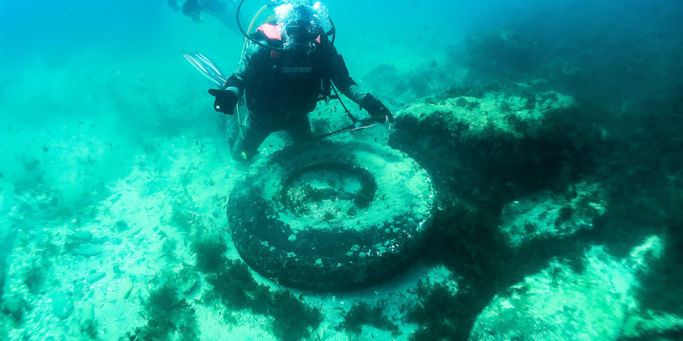 Limpiando el mar de neumáticos