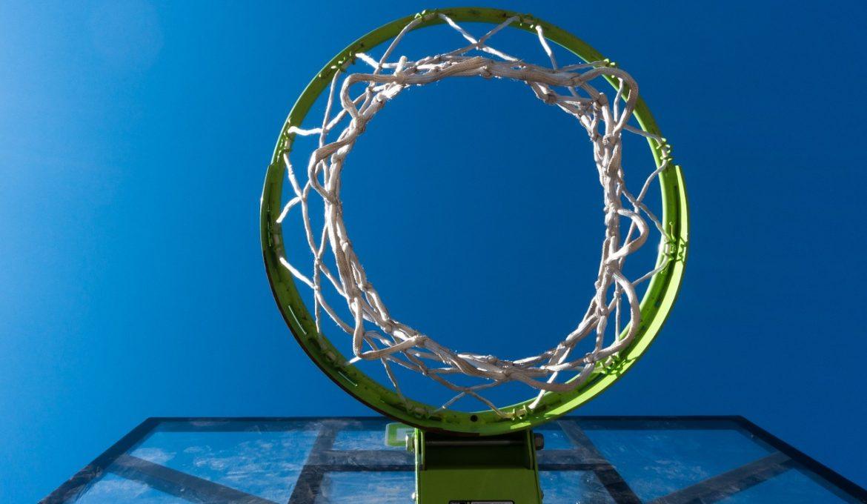 Baloncesto sobre vidrio reciclado