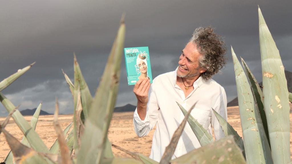 Cesar Javier Palacios con su nuevo libro NaturalMente