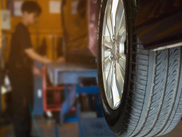 Un técnico cambia un neumático en un taller