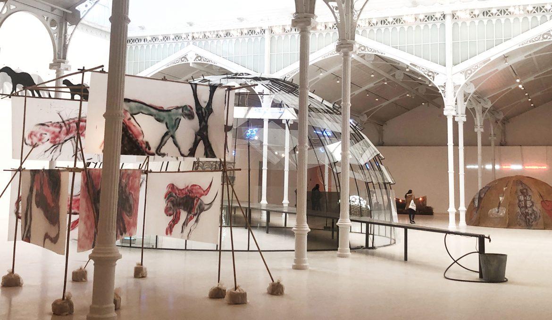 Vista general de la exposicion El tiempo es mudo con varias de las instalaciones de Mario Merz