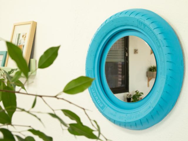 Cómo hacer un espejo de pared con un neumático