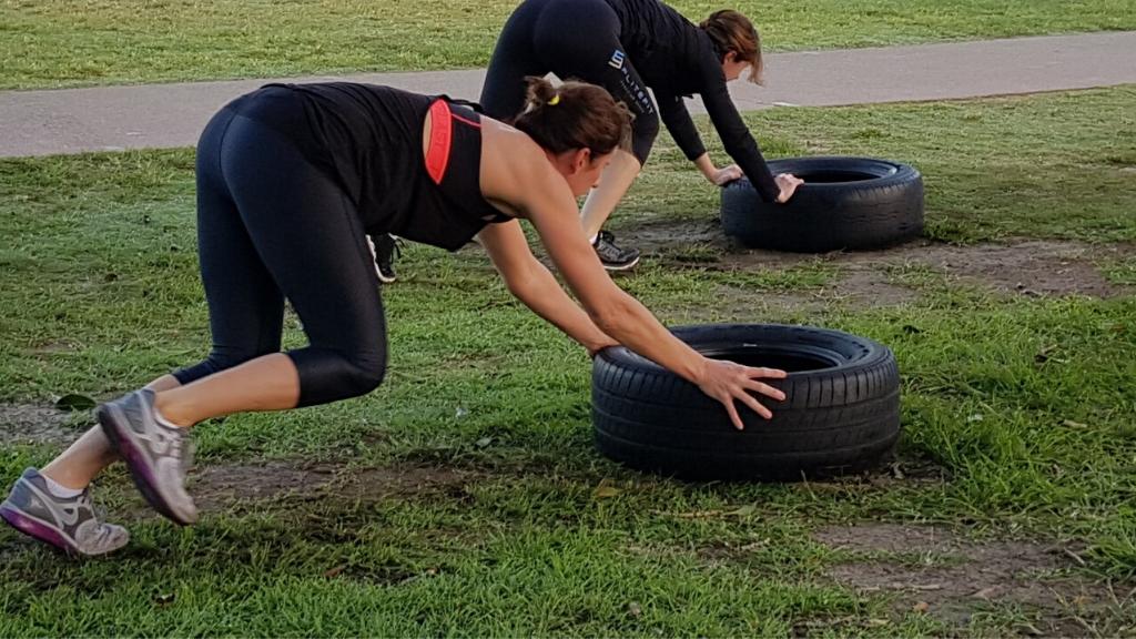 Tablas de ejercicio (físico) con neumáticos