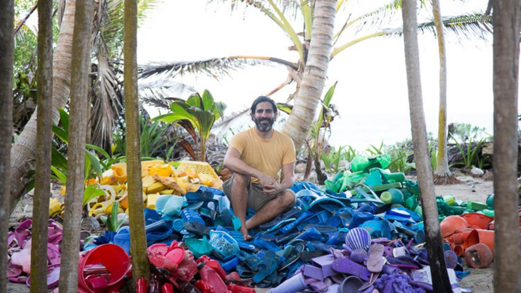 El artista que denuncia la invasión de plásticos hasta en 'la Puerta del Cielo'