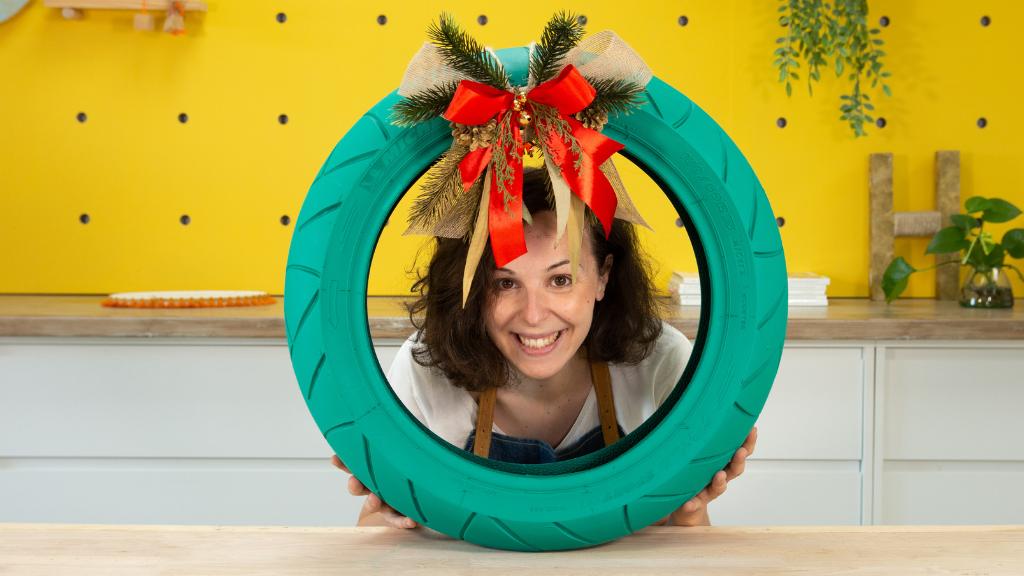 Cómo hacer una corona de Navidad con un neumático reciclado