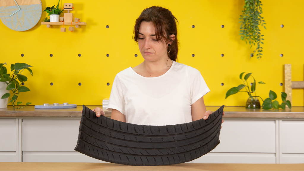 Cómo cortar una franja de caucho de la banda de rodadura de un neumático