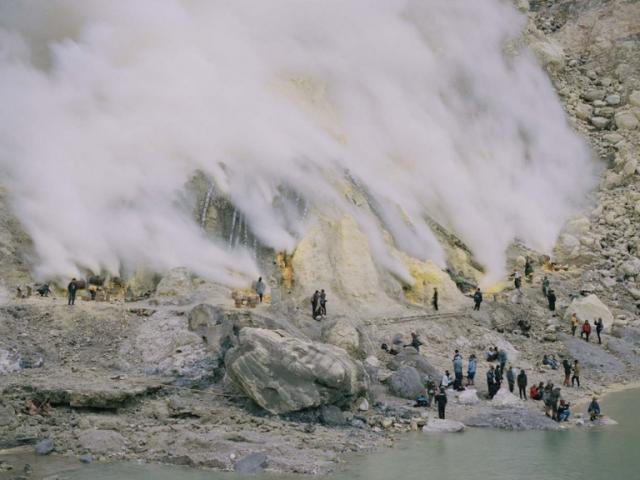 Imagen de la exposición Blind Sensorium de Armin Linke que refleja el volcán Kawah Ijen