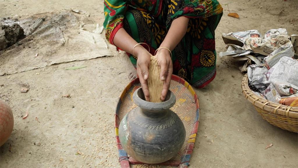 Imagen de la exposición Blind Sensorium de Armin Linke sobre una granja ecológica en Bangladesh