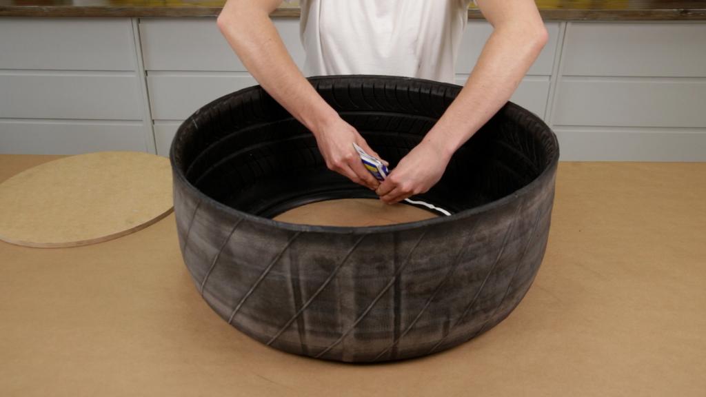 Unir madera a un neumático con adhesivo de montaje