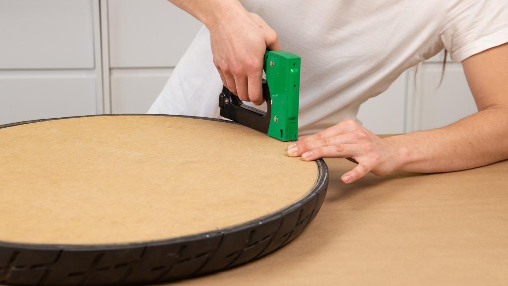 Unir tela u otros materiales ligeros a un neumático con grapas