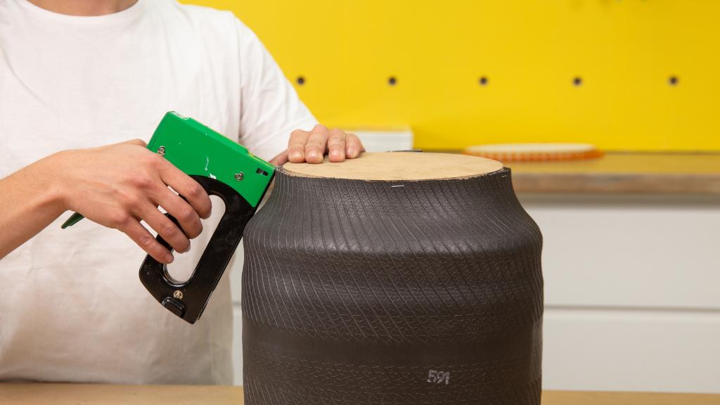 Para crear la base de tu macetero DIY utiliza madera en forma circular y únela al neumático con grapas