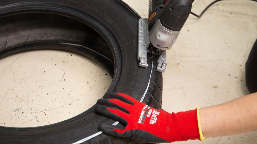 Hay varias formas de cortar un neumático para nuestros proyectos DIY como es el caso de una maceta con un neumático reciclado