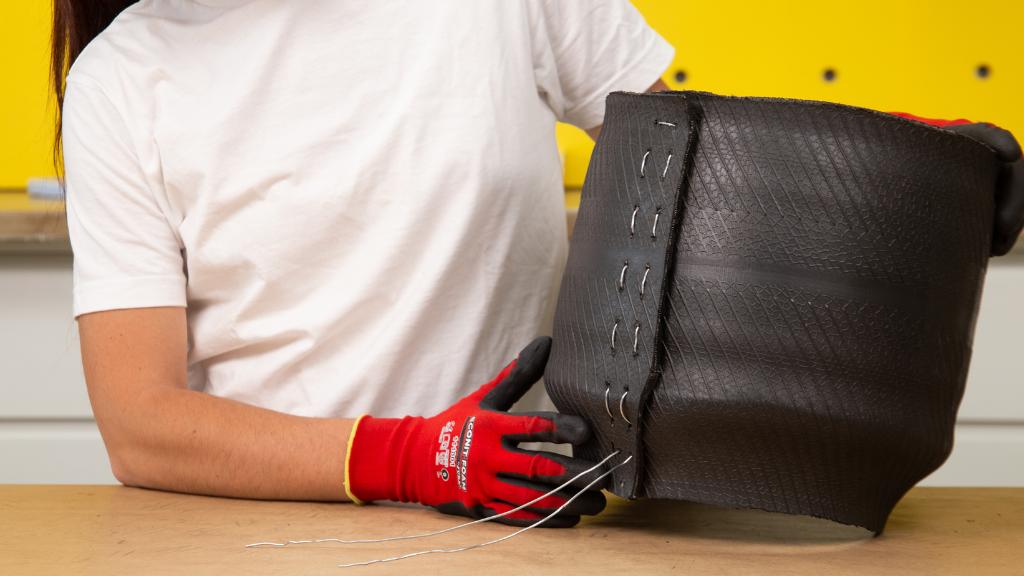 Para unir las dos partes en tu proyecto DIY con neumático reciclado puedes utilizar alambre