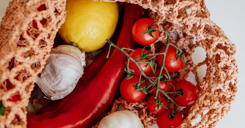 Cesta de compra con varias frutas y hortalizas