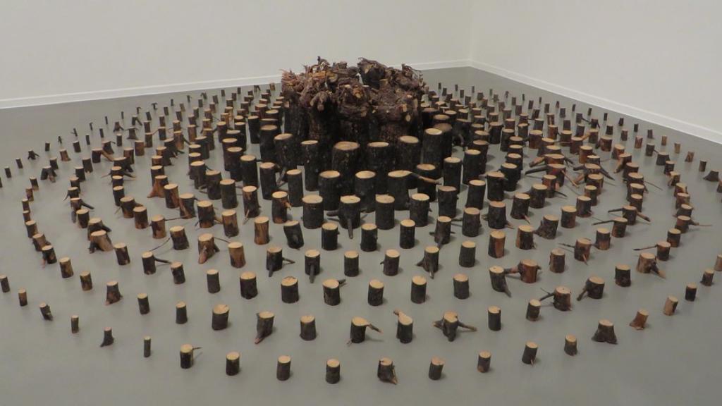 """El artista que entró en los museos con los """"objetos encontrados"""" en el bosque"""